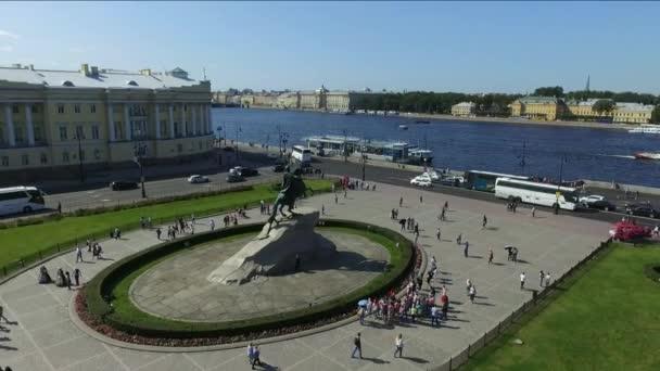 Měděný jezdec - památník Petra I. na náměstí Senátu v Petrohradě - pohled shora. Historická turistická atrakce na březích řeky Nevy.