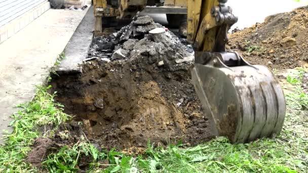 Kbelík bagru vykopal díru do země..