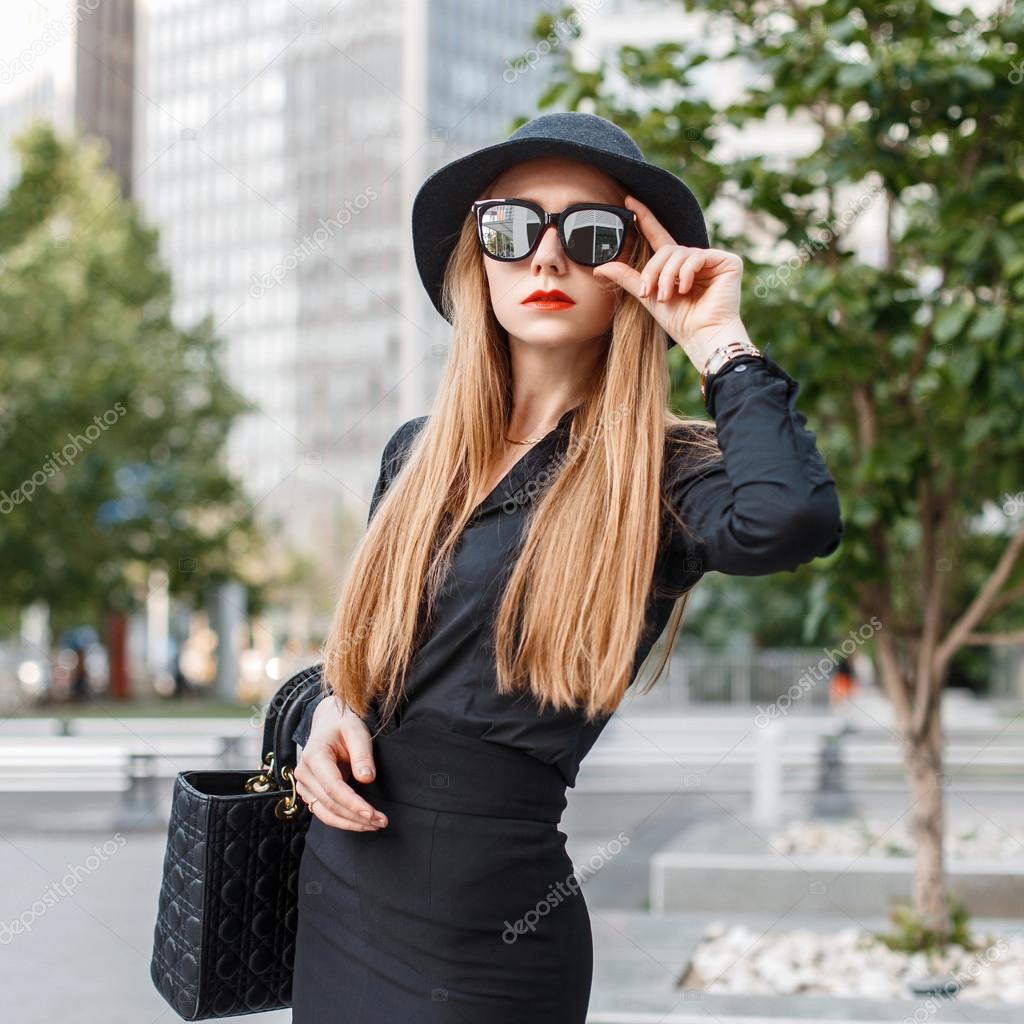 Стильная девушка в городе