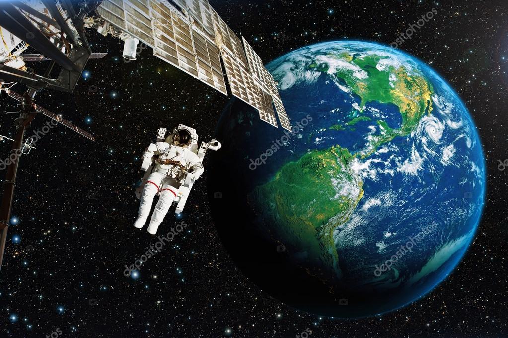 Astronauta Flotando En El Espacio Exterior: Astronauta En El Espacio Exterior Contra El Telón De