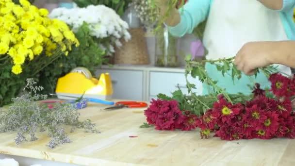 Květinářství, květinářství, příprava květina, bourání červených maminek kmenové uspořádání kytice