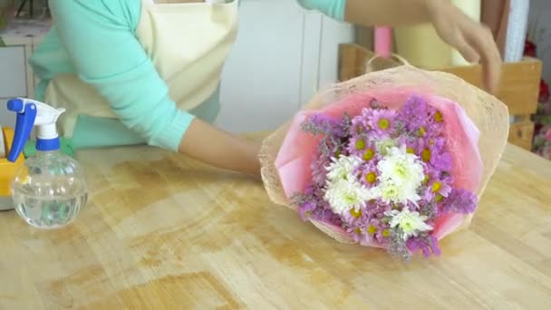 Květinářství, uspořádání růžové a bílé maminka Kytice květinářství