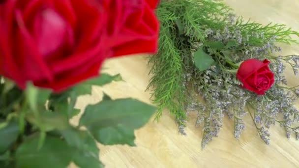 Květinářství, uspořádání květinová Kytice květinářství, celofánu a čerstvé červené růže kytice