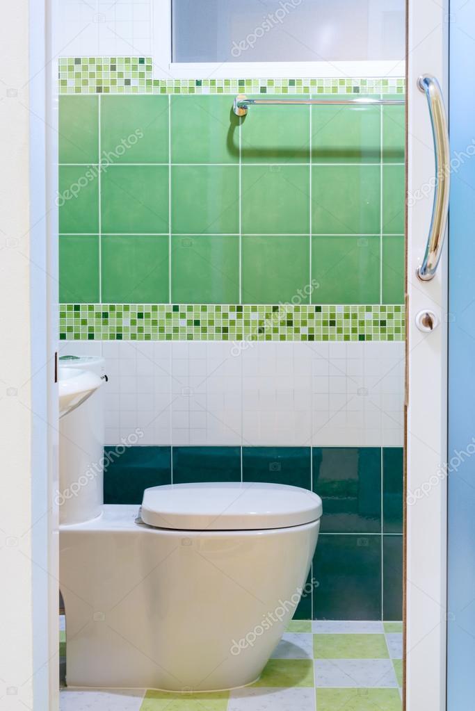 bao con azulejos verdes vista desde afuera u foto de iamway