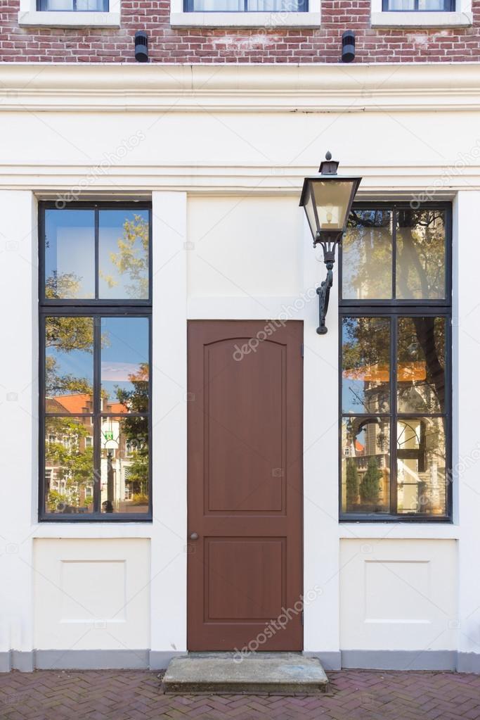 Vintage puerta y la ventana frente a la casa Fotos de Stock