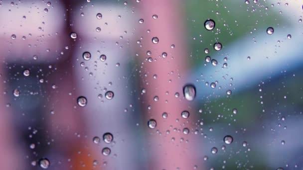 Autó üveg csepp víz, eső továbbra is kívül, a szelektív összpontosít és elmaszatol a háttérben