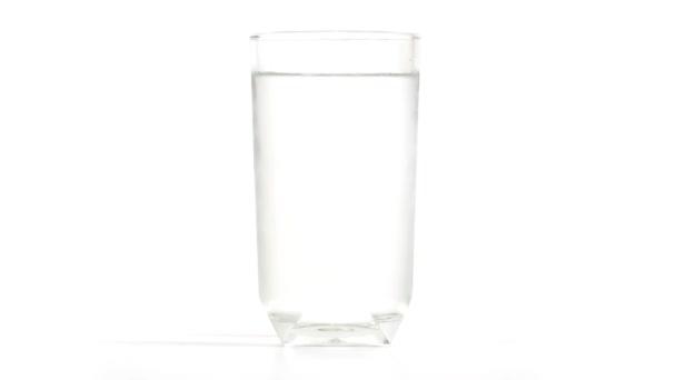 Skla naplněné studenou vodou. Dop vody proudící mimo sklo, časová prodleva