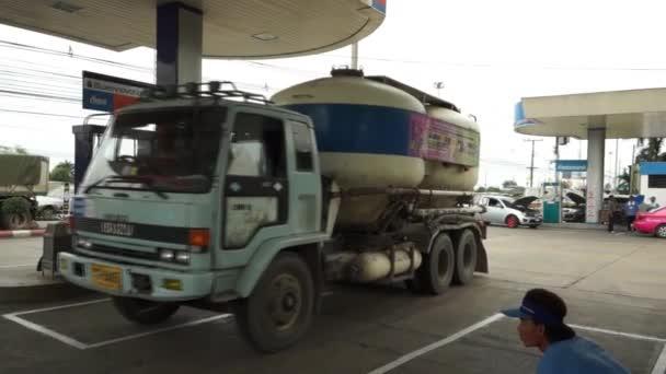 Saraburi, Thajsko - 10 duben 2015: Auto a z čerpací stanice pohonných hmot, druh paliva volat Cng alternativní paliva vozidla