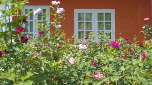 Vnějšího pohledu vintage stylu anglického venkovského domu s zahradní popředí, o dolly shot