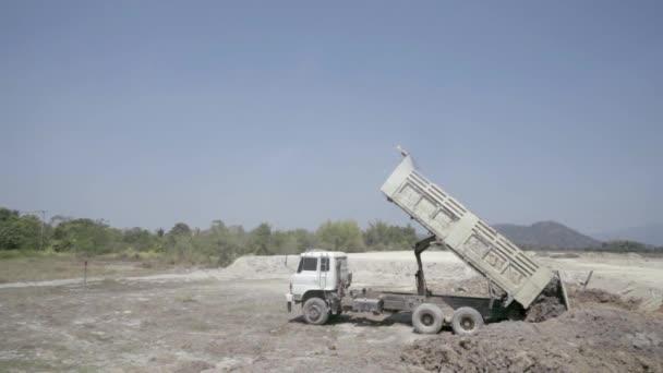 Teherautó dömperek elhagyja a talaj a földön