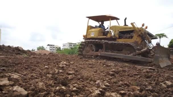 Pathum Thani, Thajsko - Červenec 3: pracovník kontroly kompaktory zeminy na 3 července 2015 v Pathum thani, Thajsko