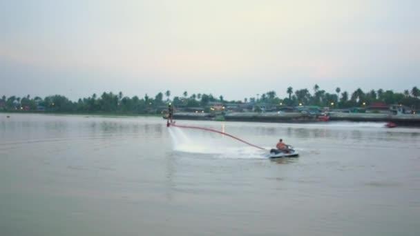 Člověk hraje nový vodní sporty. Fly Radě na řeka chaopraya