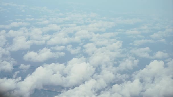 Pohled shora, nad mraky, venkovská scéna pod