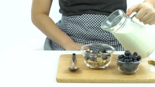 Snídaně, nalijte mléko na obilovin s čerstvými borůvkami na vrcholu
