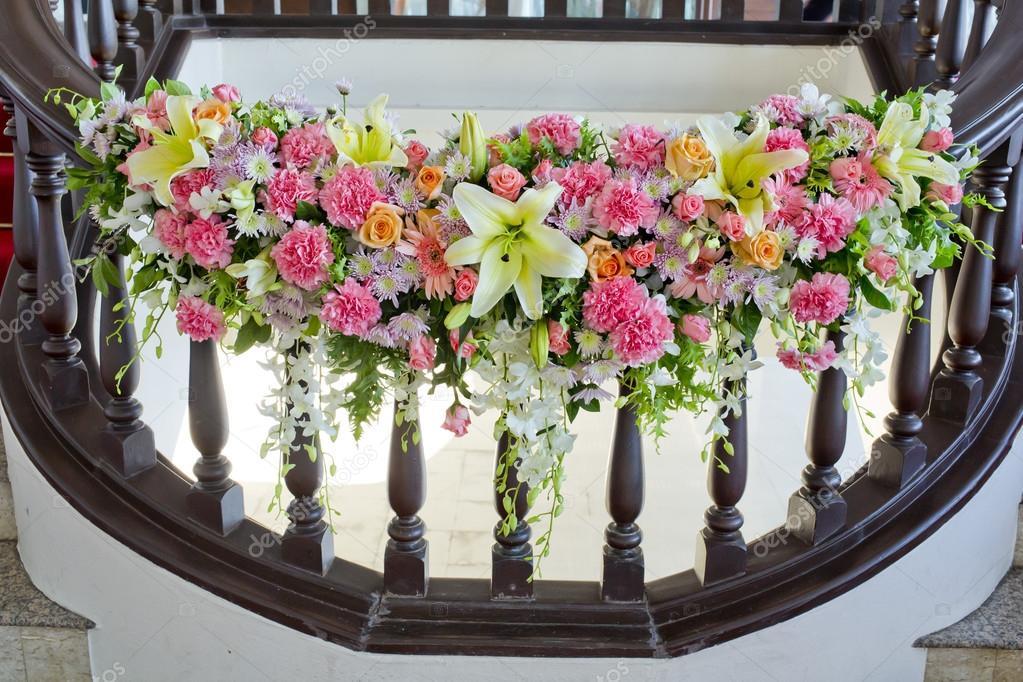 Bloemen versieren in leuning trap op de bruiloft stockfoto art9858 77651414 - Versieren van een muur in ...