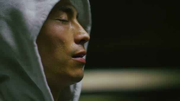 S kapucí sportovec těžce