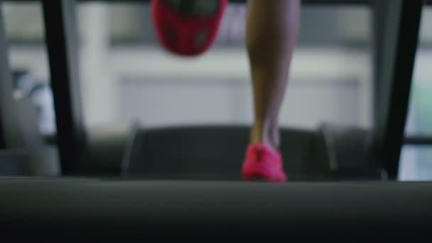 žena běží na běžeckém pásu