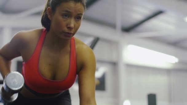 Žena, která dělá cvičení s činkami