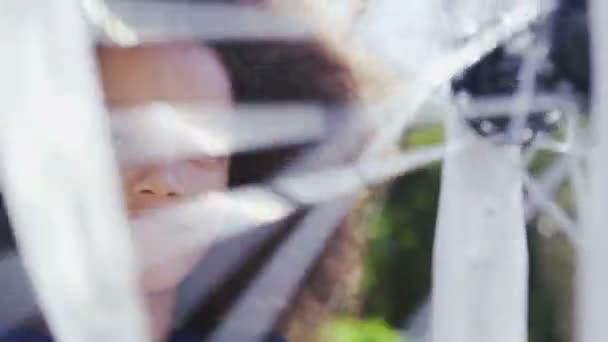 Dívka při pohledu na její kolo kolo spinning