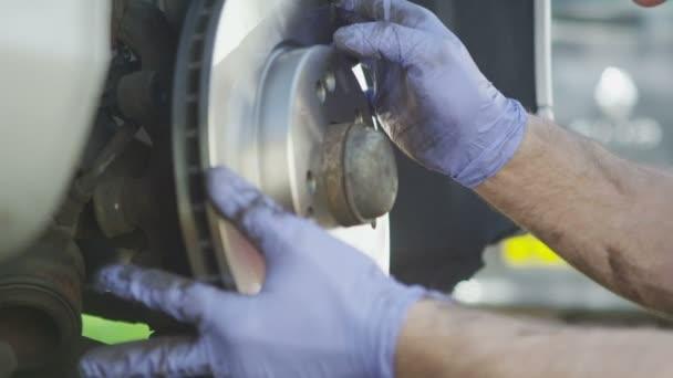 Mechanika kezek telepítése a féktárcsa, a lassú mozgás