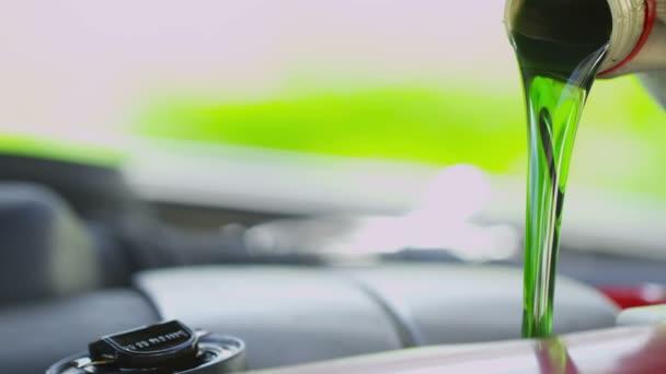 Čerstvý olej nalil do motoru auta v pomalém pohybu