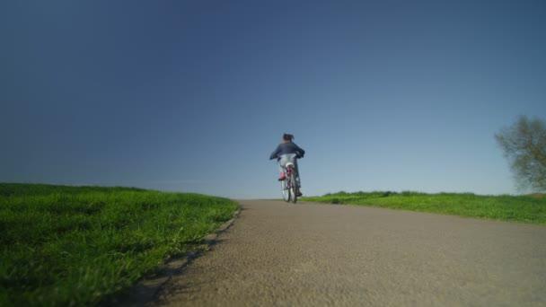 Dítě na kole na cestu do dálky zpomalené