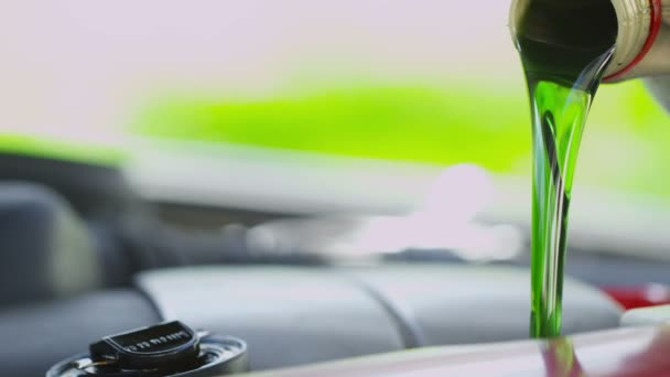 Frisches sauberes Öl gegossen in einem Automotor
