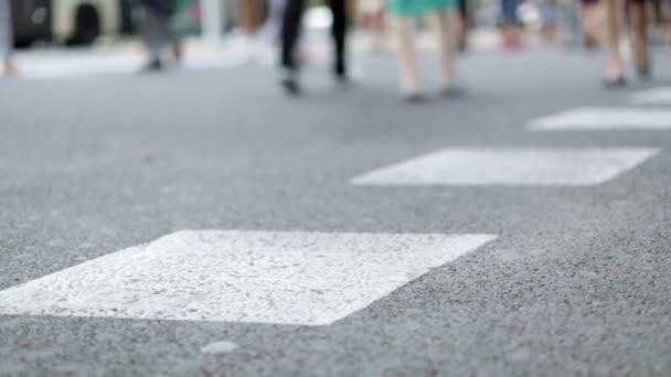 Stop práce chodce přes ulici na rušné křižovatce