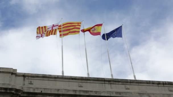 Vlajky Španělska a Evropy vlající ve větru jako fotoaparát plyne