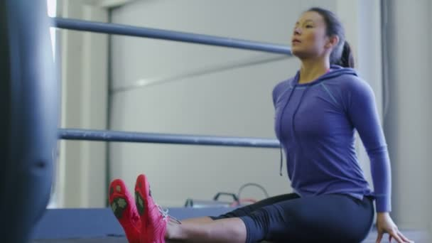žena protahování na podložce cvičení