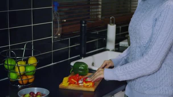 žena řezání papriky v kuchyni