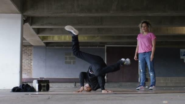 breakdancers birtoklás egy barátságos tánc csatát