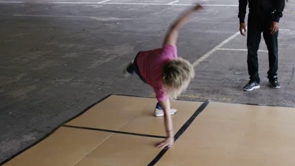 Női breakdancerről mutatja ki néhány mozog