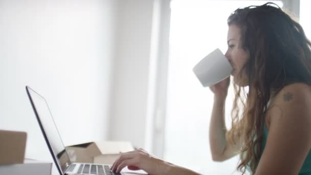 nő kezd dolgozik rajta laptop