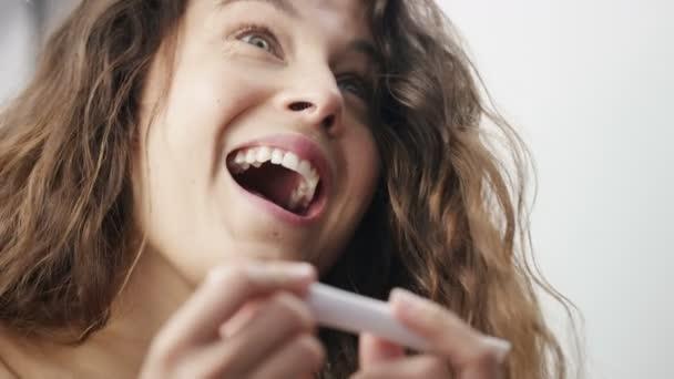 mladá žena je potěšen, že je těhotná