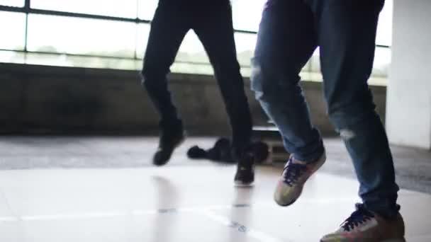 Gyakorlása a rutin együtt két breakdancers
