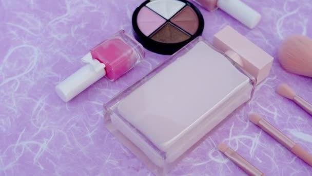 Spirál kozmetikai termék eperfapír háttér. Smink dekoratív kozmetikai készlet Lapos fektetés. Első látásra. Szépség kozmetikai smink termék elrendezése. Divat nők Kreatív divatos koncepció.