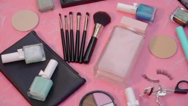 Spirálová kosmetika produkt na pozadí z morušového papíru. Sada dekorativní kosmetiky Makeup Flat ležela. Horní pohled. Kosmetické kosmetické make-up rozložení produktu. Módní ženy Kreativní módní koncept.