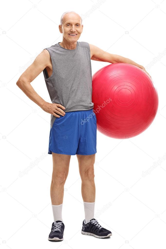 298e80ebe Senior Hombre sosteniendo una pelota de fitness — Fotos de Stock ...
