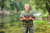 zralé rybář v řece ryby