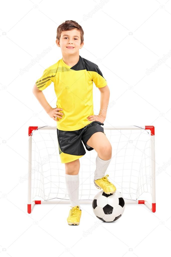 Retrato de longitud completa de un jugador de fútbol junior de pie delante  de un objetivo pequeño aislado sobre fondo blanco — Foto de ljsphotography 96f5197d28677