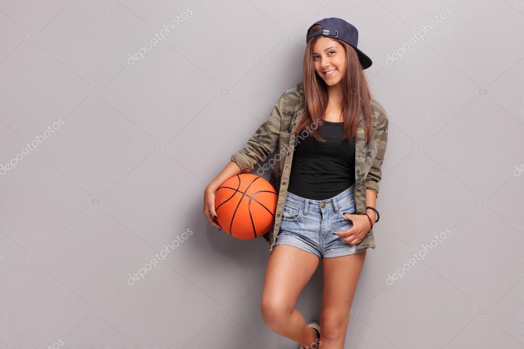 fresca ni a adolescente sosteniendo una pelota de. Black Bedroom Furniture Sets. Home Design Ideas