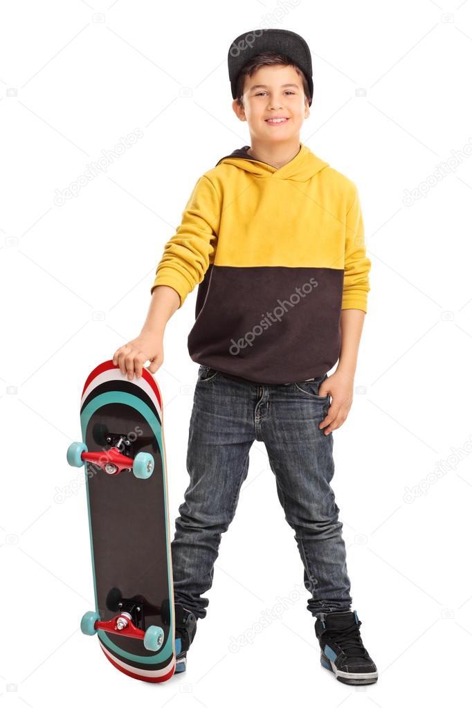 Retrato de longitud completa de patinador poco lindo niño sosteniendo un  monopatín y mirando a la cámara aislada sobre fondo blanco — Foto de  ljsphotography d78a95d11c90c