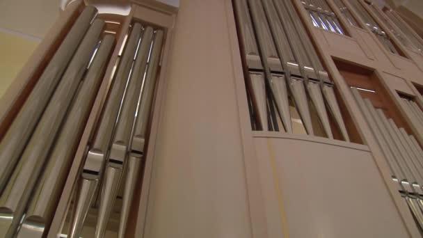 Blick auf die Musikinstrumentenorgel von der Seite der Zuhörer und des Organisten.
