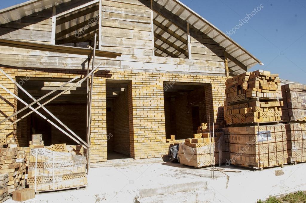 Case Di Legno E Mattoni : Costruire una casa di mattoni e travi in legno u foto stock