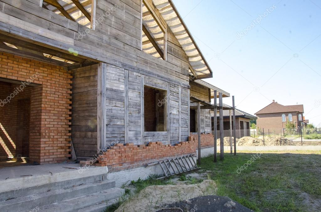 Costruire una casa di mattoni e travi in legno foto stock victoryvelychkom 80363826 - Costruzione di una casa ...