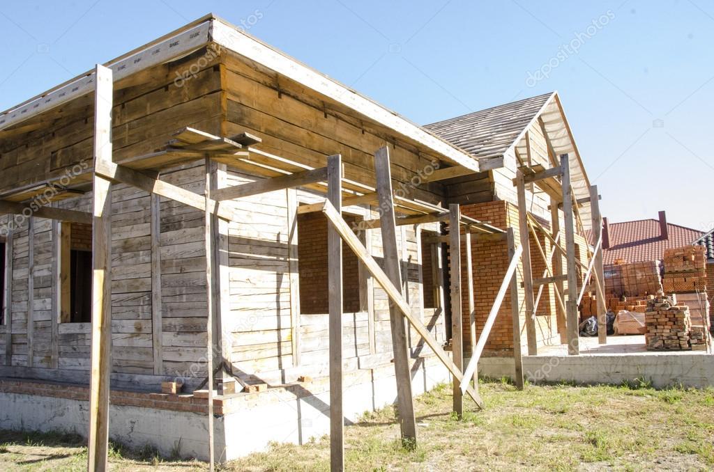Costruire una casa di mattoni e travi in legno — Foto Stock © victoryvelychkom #80363836