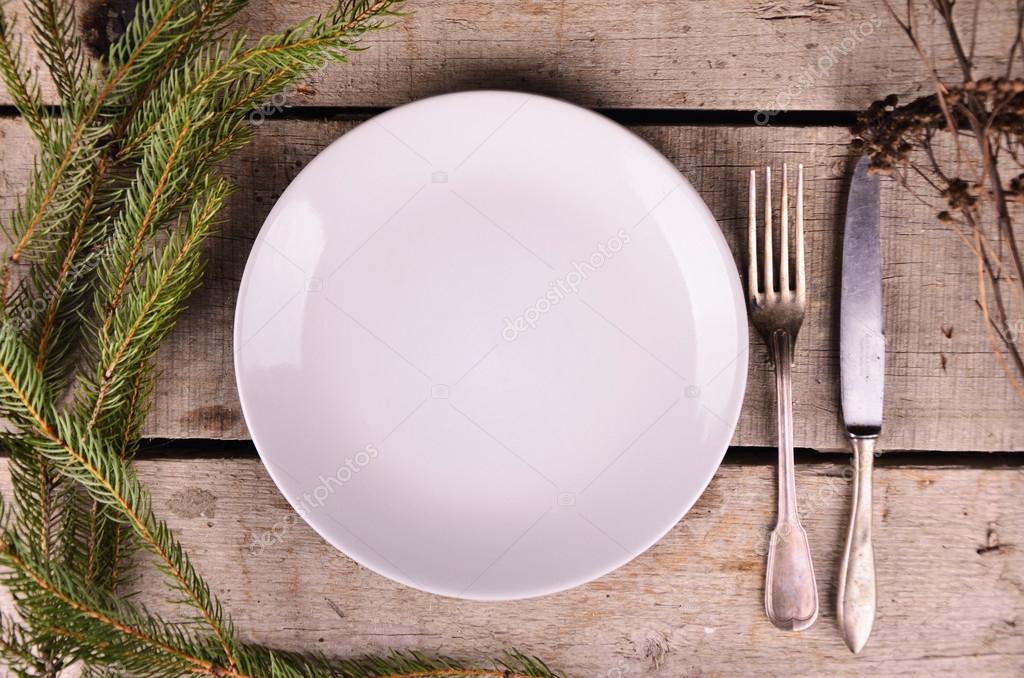 Empty plate silverware and christmas tree view from Table vue de haut