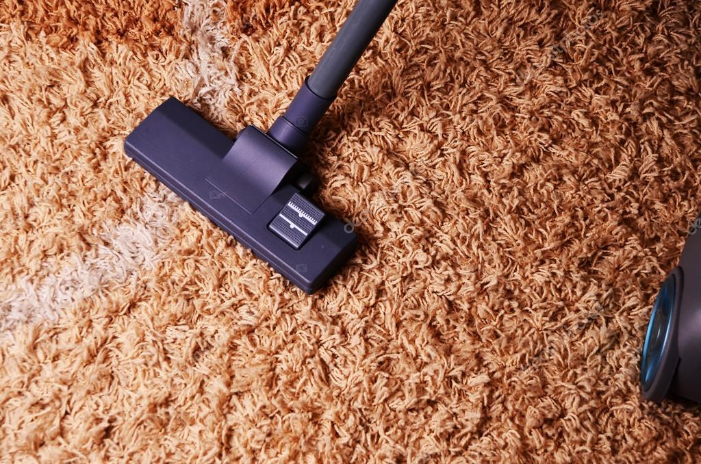 stofzuiger op het tapijt. Moderne woonkamer, met een stofzuiger aan ...