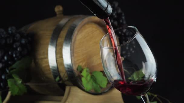 Víno nalévající se z hrdla láhve do skla
